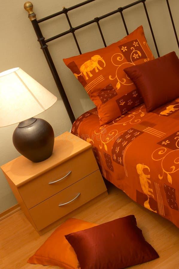 Het bed van het metaal met lamp stock fotografie