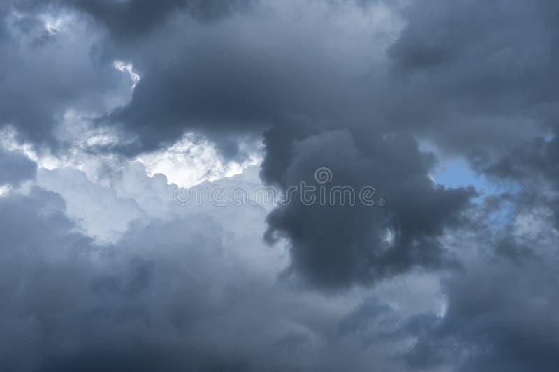 Het bedreigen van donker wolkenbegin die de hemel behandelen royalty-vrije stock foto