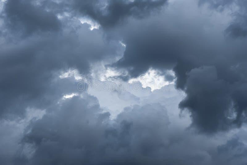 Het bedreigen van donker wolkenbegin die de hemel behandelen stock foto's