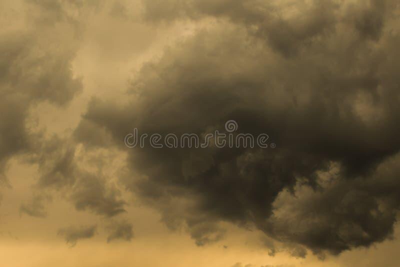 Het bedreigen van donkere hemel stock foto