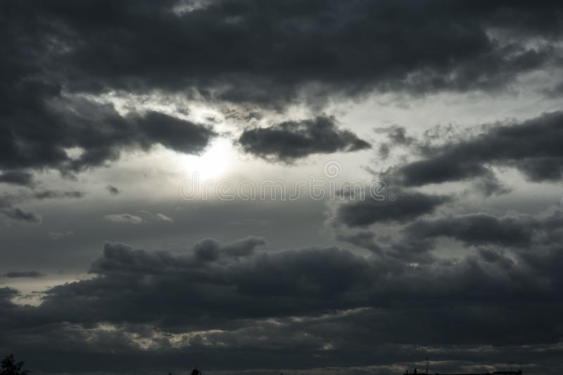 Het bedreigen van donkere wolken in de hemel royalty-vrije stock fotografie