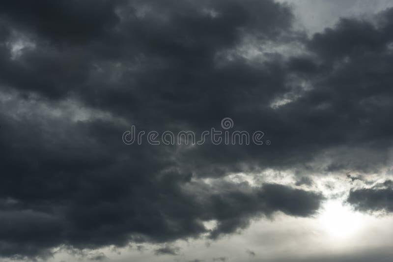 Het bedreigen van donkere wolken in de hemel stock afbeeldingen