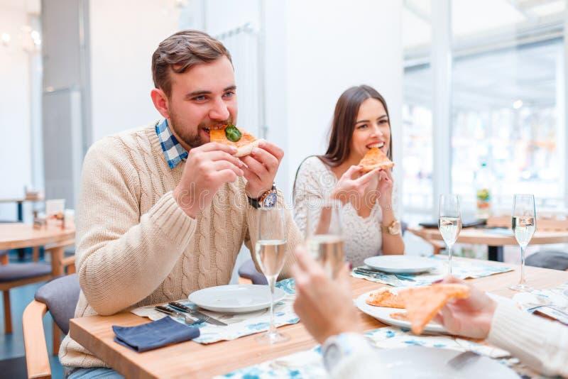 Het bedrijf van mensen, rust in een koffie, eet pizza en drinkt champagne royalty-vrije stock foto