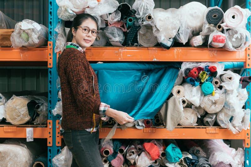 Het bedrijf vrouwelijke werknemer van de klerenfabrikant stock afbeelding