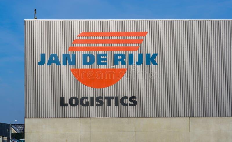 Het bedrijfembleem van januari DE rijk op de buitenkant van het pakhuis, Roosendaal, 5 februari, 2019, Nederland stock afbeeldingen