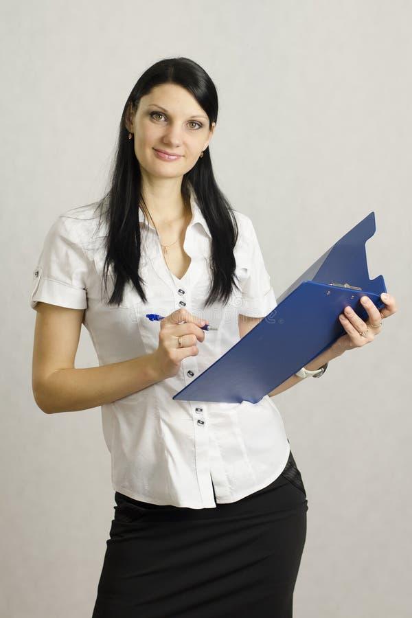Het bedrijfs meisje luistert en maakt nota's in een omslag royalty-vrije stock foto's