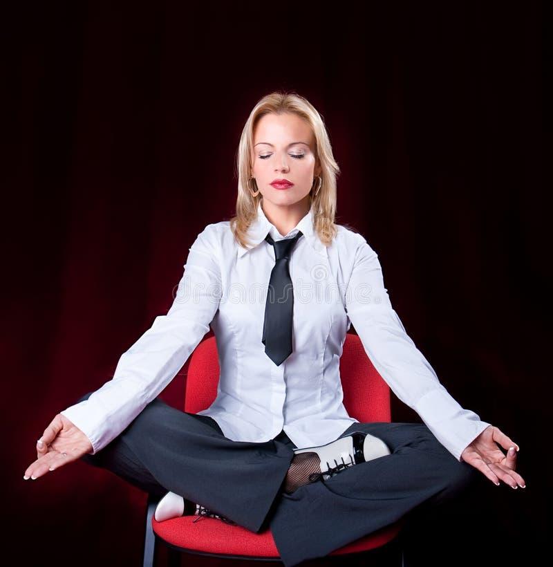 Het bedrijfs vrouw mediteren stock foto's