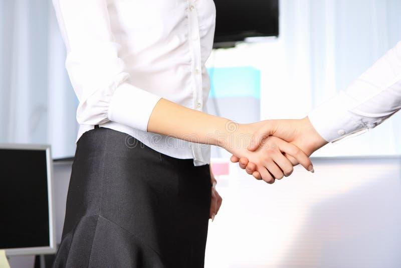 Het bedrijfs vrouw schudden handen met een weg man in royalty-vrije stock afbeeldingen