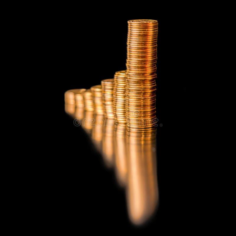 Het bedrijfsconcept gouden muntstukken, toont een verhoging geïsoleerd is stock afbeelding