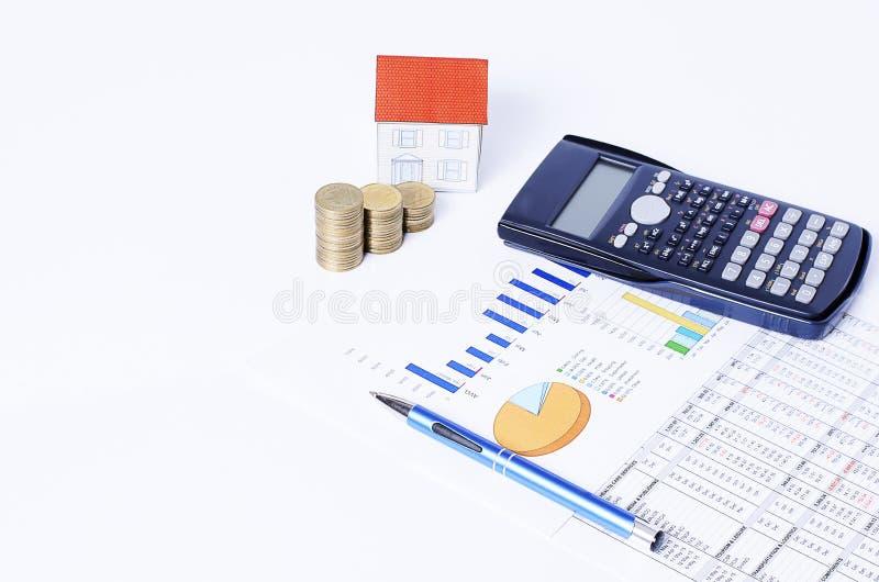 Het bedrijfsconcept met Huisdocument en de muntstukken stapelen en pen en calculator met Financiële grafiek stock afbeelding