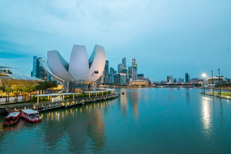 Het bedrijfsdistrict en het financiële gebouw in Singapore bij nacht royalty-vrije stock afbeeldingen