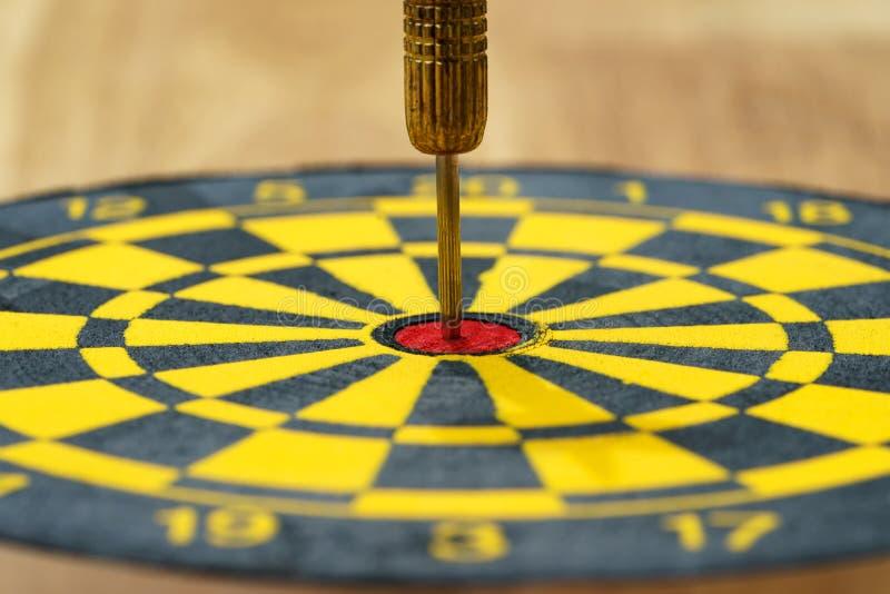 Het bedrijfsdoel of het doelconcept met een gouden naald werpt in c stock afbeelding
