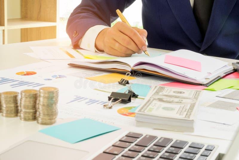 Het bedrijfsfinanciënconcept, Bedrijfsmensen analyseert het werk stock afbeelding