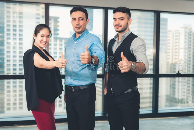 Het bedrijfsgroepswerk geeft Duimen op en Bekijkend Camera, heft het Close-upportret van het Bedrijfsmensen Tonen omhoog Handen v stock afbeeldingen