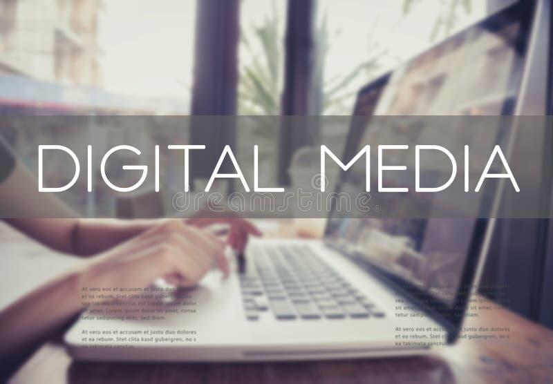 Het bedrijfshand typen op een laptop toetsenbord met digitale media stock afbeeldingen