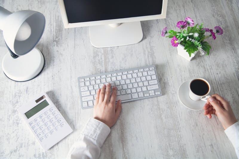 Het bedrijfsmeisje typen op een computertoetsenbord Bedrijfs concept royalty-vrije stock afbeelding