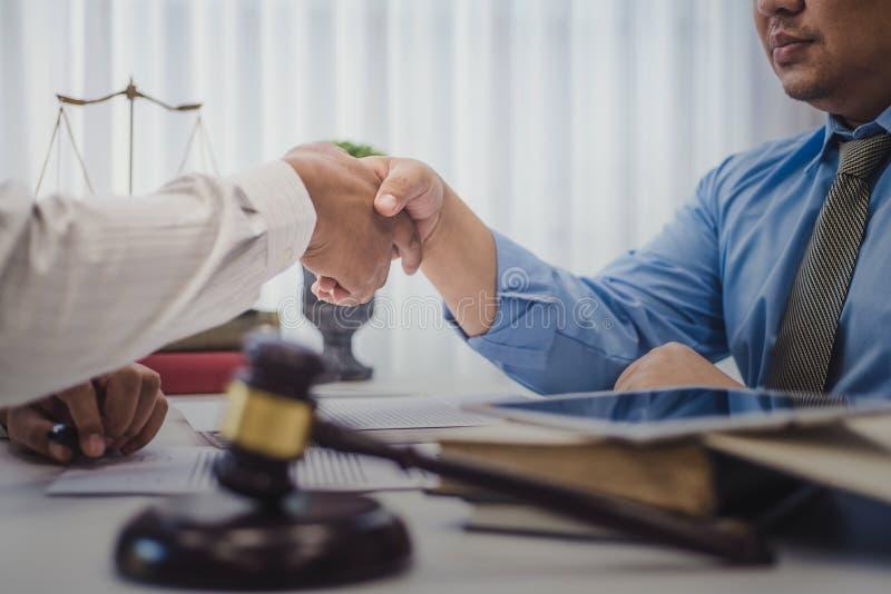 Het bedrijfsmens schudden handen met advocaten na het bespreken van een contractovereenkomst in bureau rechtvaardigheid en wet, p stock afbeelding