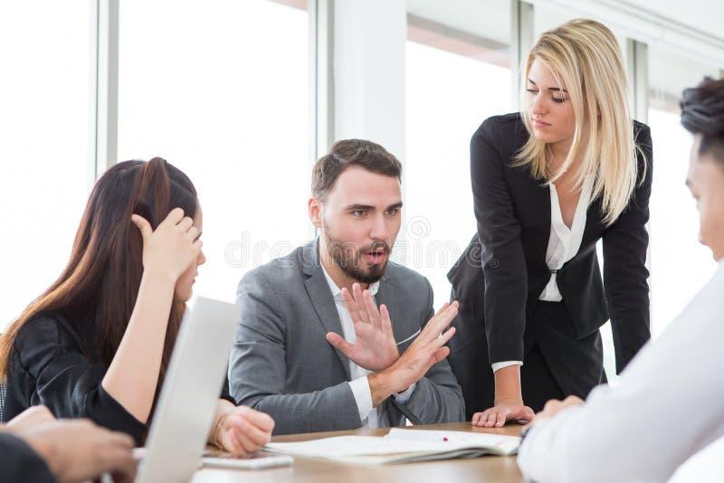 het bedrijfsmens voorstellen en gaat teken in vergaderzaal niet akkoord Groep jonge bedrijfsmensenbrainstorming samen in bureau stock fotografie