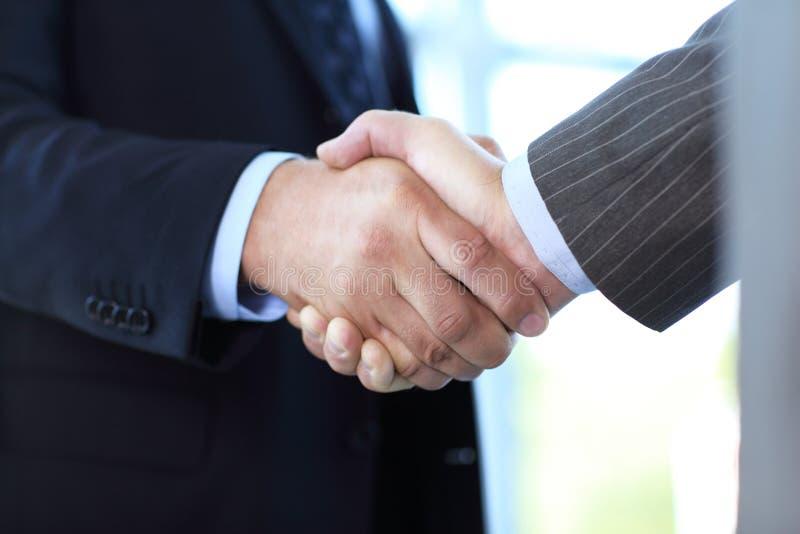 Het bedrijfsmensen schudden overhandigt een overeenkomst royalty-vrije stock afbeelding