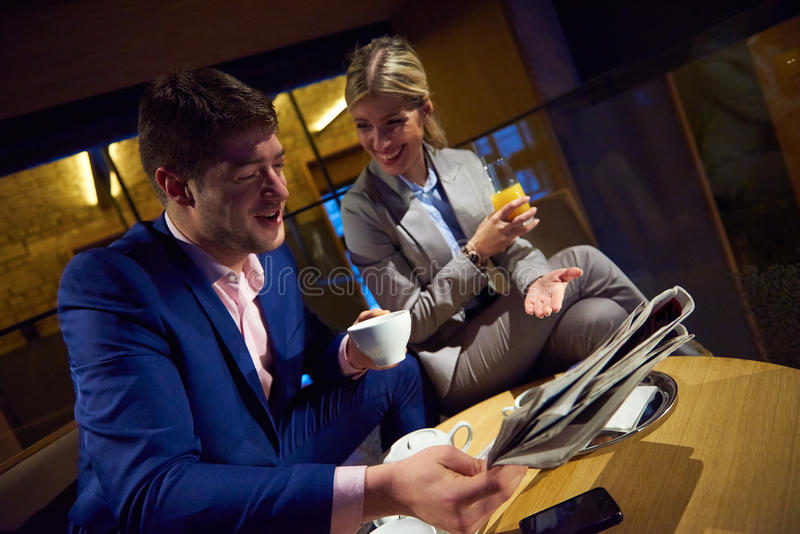 Het bedrijfspaar neemt drank na het werk stock fotografie