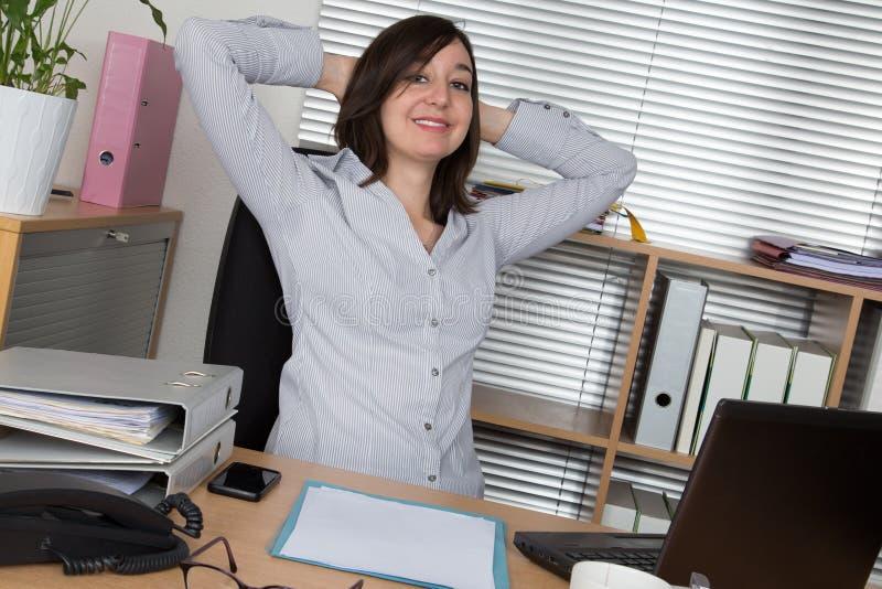 Het bedrijfsvrouw ontspannen met haar handen achter haar hoofd royalty-vrije stock foto's