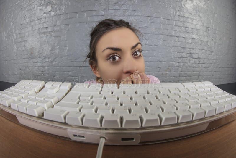 Het bedrijfsvrouw plakken uit van achter het toetsenbord stock afbeelding