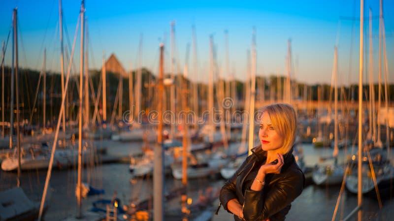 Het bedrijfsvrouw stellen in haven dichtbij jachten royalty-vrije stock afbeeldingen