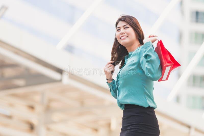 Het bedrijfsvrouw winkelen stock afbeeldingen