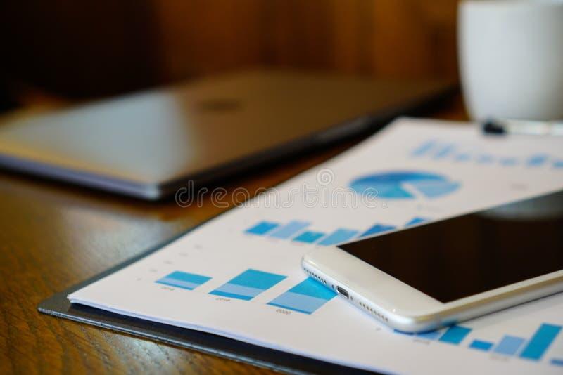 Het bedrijfswerk bij koffiewinkel het werken aan computerlaptop terwijl o stock fotografie