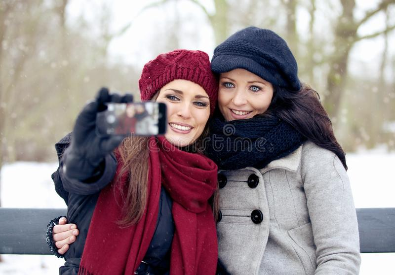 Het is Beeld die Tijd voor Deze Mooie Vrouwen in openlucht vergen stock afbeelding