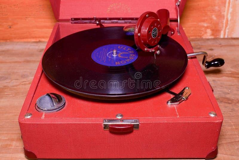 Het beeld toont uitstekende grammofoon beroemd Tsjechisch merk Supraphone De rode eindegrammofoon en het vinylverslagmerk stock afbeeldingen