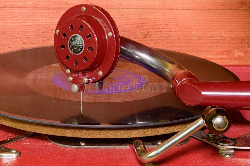 Het beeld toont uitstekende grammofoon beroemd Tsjechisch merk Supraphone De rode eindegrammofoon en het vinylverslagmerk stock foto's