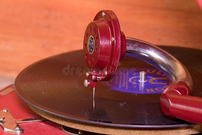 Het beeld toont uitstekende grammofoon beroemd Tsjechisch merk Supraphone De rode eindegrammofoon en het vinylverslagmerk royalty-vrije stock fotografie