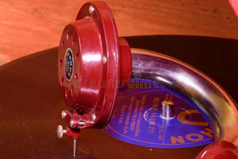 Het beeld toont uitstekende grammofoon beroemd Tsjechisch merk Supraphone De rode eindegrammofoon en het vinylverslagmerk royalty-vrije stock foto's