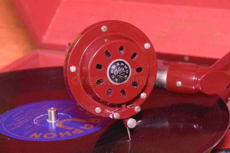 Het beeld toont uitstekende grammofoon beroemd Tsjechisch merk Supraphone De rode eindegrammofoon en het vinylverslagmerk royalty-vrije stock foto