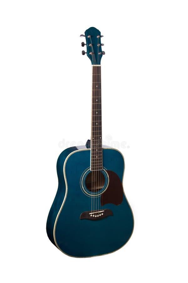 Het beeld van blauwe akoestische die gitaar onder de witte achtergrond wordt geïsoleerd royalty-vrije stock fotografie