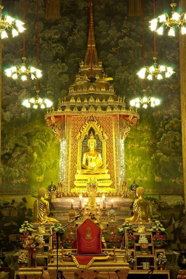 Het beeld van Boedha in Boeddhistische kerk stock foto