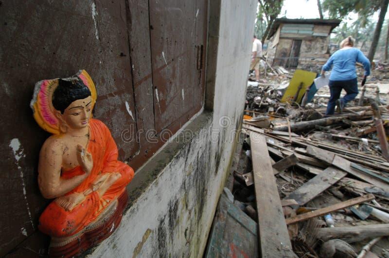 Het Beeld van Boedha in Puin Tsunami stock foto's