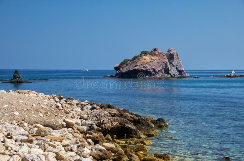 Het beeld van de blauwe Takkas bay met Aphrodite's Rock Akamas Peninsula Cyprus stock afbeeldingen