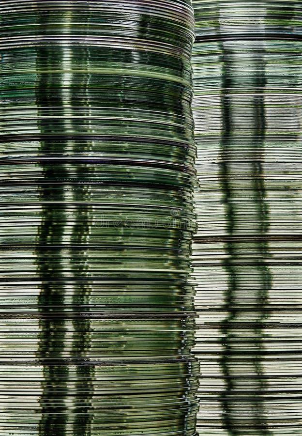 Het beeld van de gegevensopslag met gelaagde stapels doorzichtige metaal grijze schijven van de de computeropslag van DVD en CD royalty-vrije stock foto