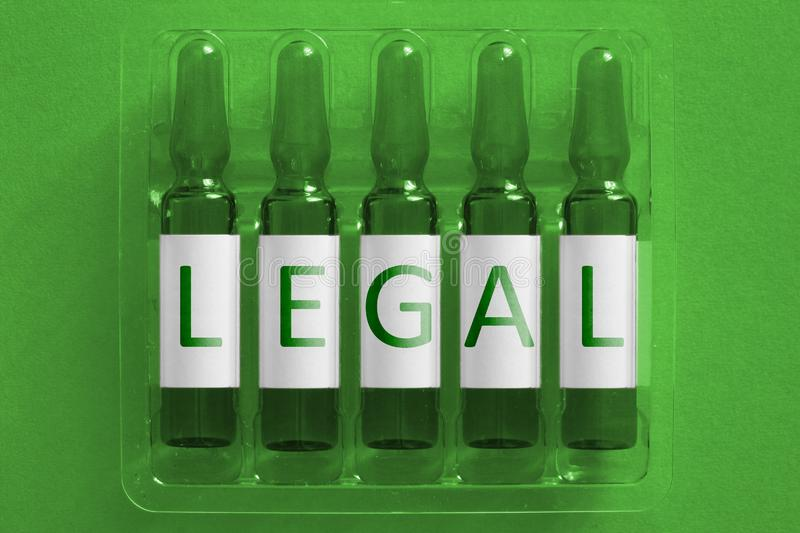 Het beeld van het de geneeskundeconcept van drugsnacrotics Vijf ampules met WETTELIJKE bekledingsbrieven van inschrijving Van de  royalty-vrije stock foto's