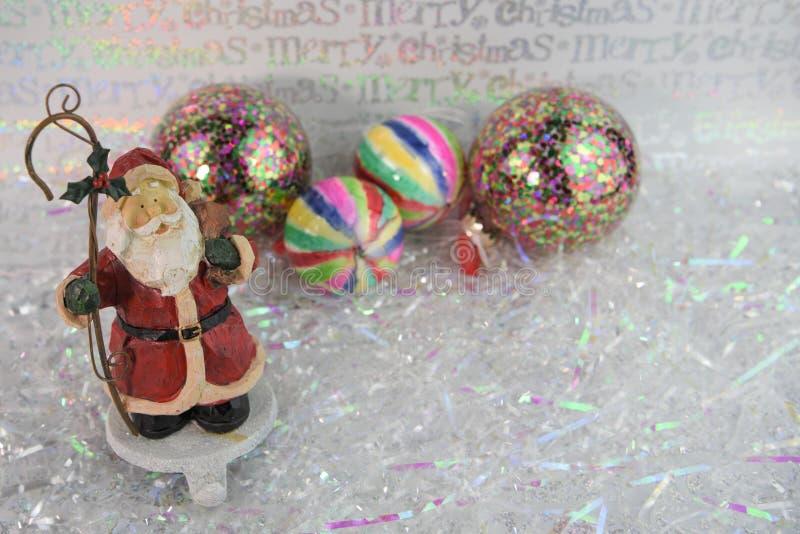 Het beeld van de Kerstmisfotografie van Santa Claus-de houder van de ornamentkous en heldere gekleurde boomdecoratie op achtergro stock afbeeldingen