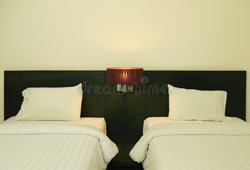 Het beeld van de nachtscène van comfortabel hoofdkussens en bed stock afbeelding