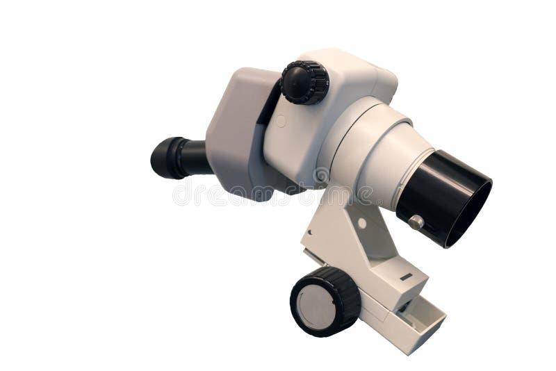 Het beeld van de professionele die laboratoriummicroscoop onder de witte achtergrond wordt ge?soleerd royalty-vrije stock fotografie