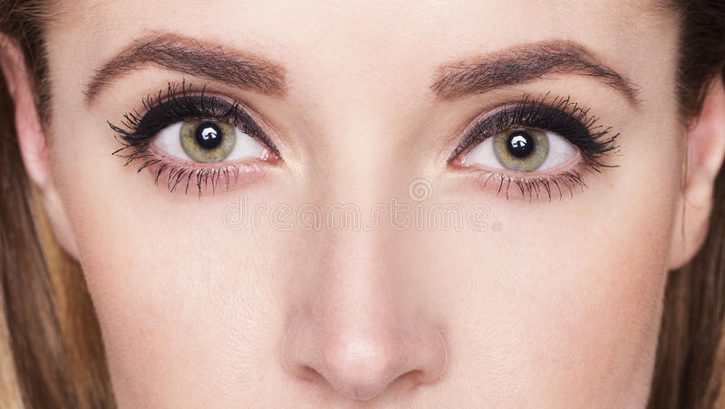 Het beeld van dichte omhooggaande ogen van vrouw met maakt omhoog stock fotografie