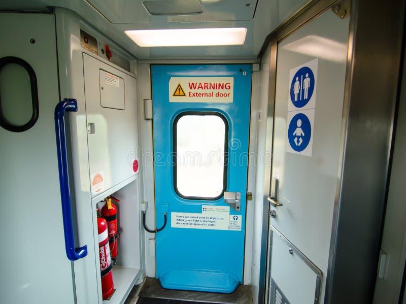 Het beeld van een Treindeur van binnenuit in de regionale de treindienst van NSW trainlink stock afbeeldingen