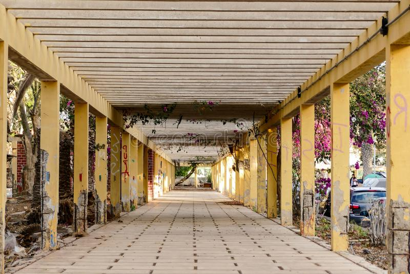 Het Beeld van het fotobeeld van een verlaten toevlucht ruïneert tunnelgalerij in de Canarische Eilanden van Las Galletas Tenerife stock fotografie