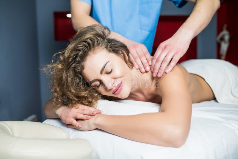 Het beeld van gelukkige mooie vrouw ontspant in massagesalon stock foto