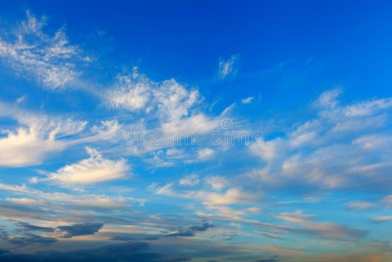 Het beeld van grijze wolken in de blauwe hemel stock afbeelding