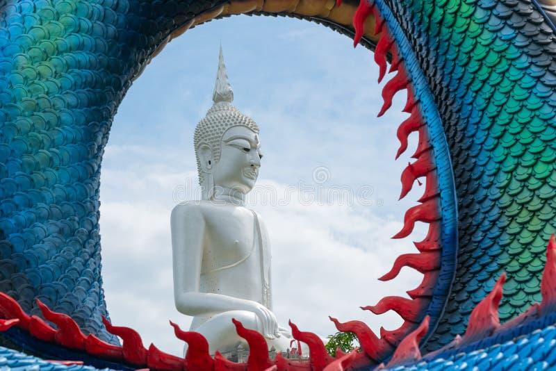 Het beeld van Grote witte Boeddha In de middelste cyclusruimte van Schalen van Dragon stock afbeeldingen